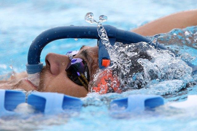 Marcelo Chierighini makes creative use of his snorkel at the Gold Coast Aquatic Centre. Foto: Satiro Sodre/SSPress.