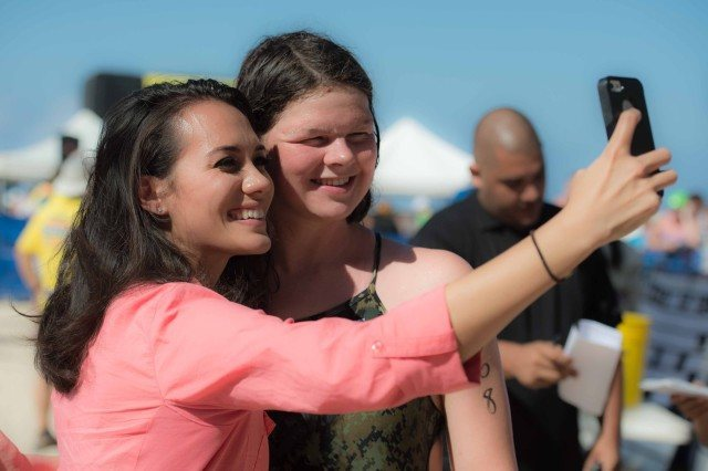 Becca Mann gets a selfie in with ABC reporter Ashley Moser (photo: Mike Lewis, Ola Vista Photography)