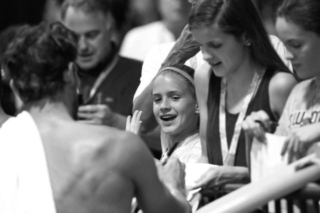 Michael Phelps spends time with the fans (photo: Mike Lewis, Ola Vista Photography)