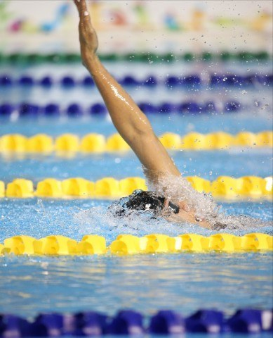 Natalie Coughlin swims the backstroke leadoff on the 4x100m medley relay at Toronto 2015