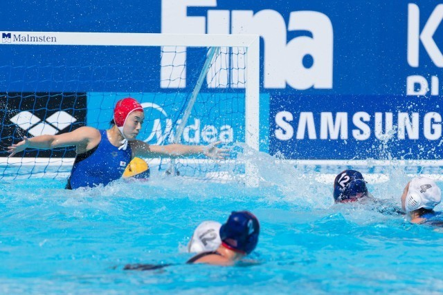 Kami Craig of the U.S. adds the team's eighth goal in a blowout against Japan in the women's water polo preliminary round competition at the 2015 FINA World Championships held in Kazan, Russia July 24-August 9, 2015. (courtesy of Tim Binning, theswimpictures.com)