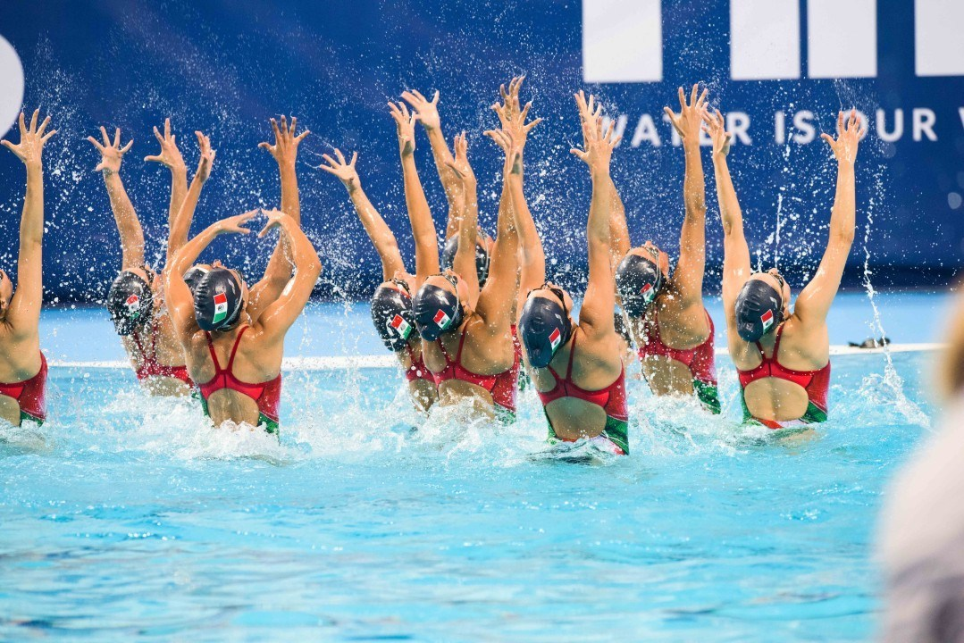 """Just smile!"": Managing Emotions in Synchronized Swimming"