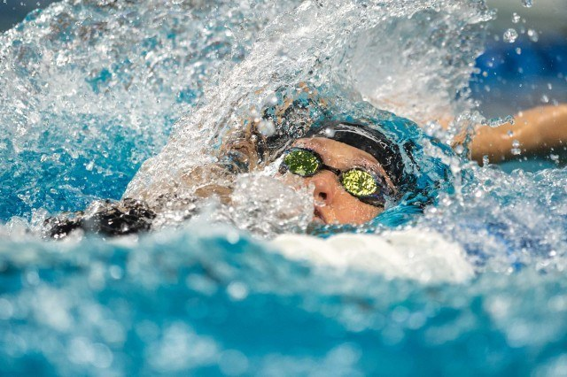 Elizabeth Pelton in the prelims of the 100 backstroke (photo: Mike Lewis)
