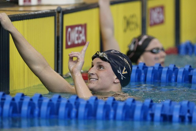 Leah Smith throwing up the number one after winning the 1650 free. Photo Credits: Tim Binning/TheSwimPictures.com