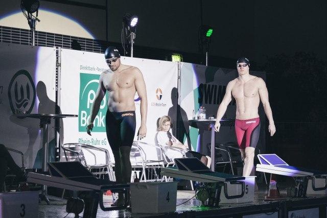 Finale des Elimination Race im Südbad bei den Swim Race Days des SV Westfalen Dortmund. Es marschieren Max Mral (links) und Erik Steinhagen (rechts), beide von der SG Dortmund ein.