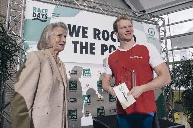 Ursula Happe, Olympia-Siegerin von 1956 überreicht den ihr gewidmeten Pokal an Erik Steinhagen von der SG Dortmund.