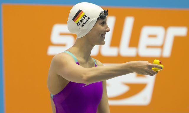 """""""Kann das Entchen die 1500 m Freistil für mich schwimmen?"""" scheint die zweifache Team-Weltmeisterin im Freiwasser über die 5 km zu fragen. Und wurde dann Deutsche Meisterin mit der zweitbesten Zeit in 2016. Isabelle. Nicht die Ente. Foto: Mirko Seifert"""