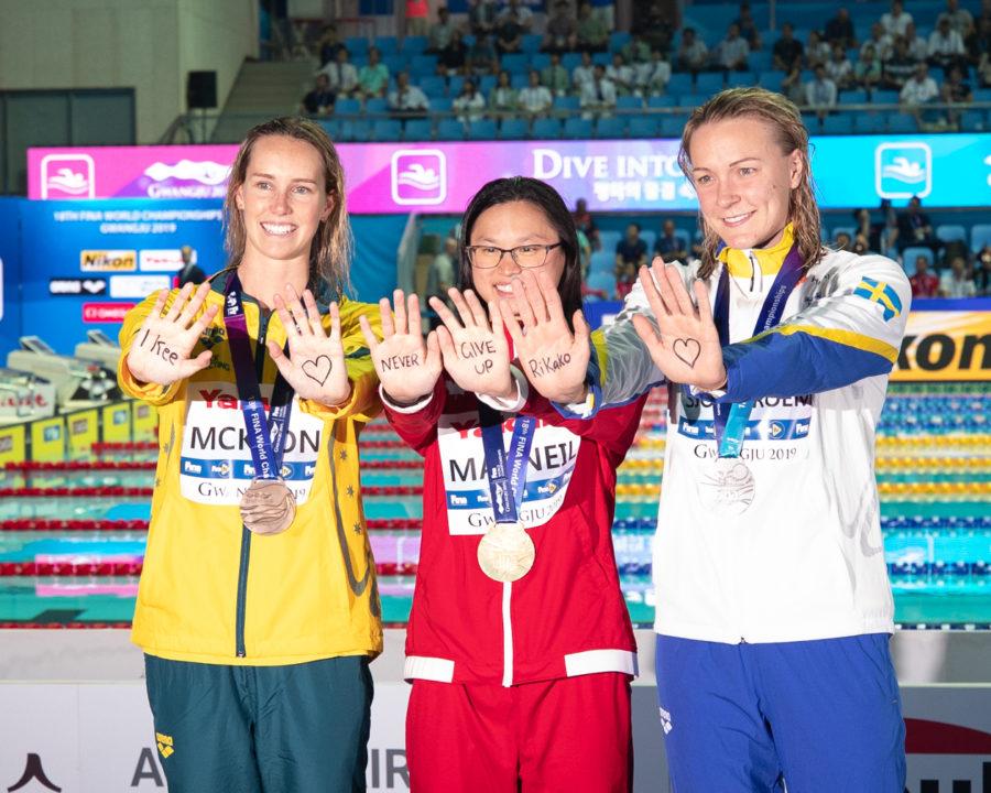 El maravilloso gesto de las medallistas del 100 mariposa hacia Rikako Ikee